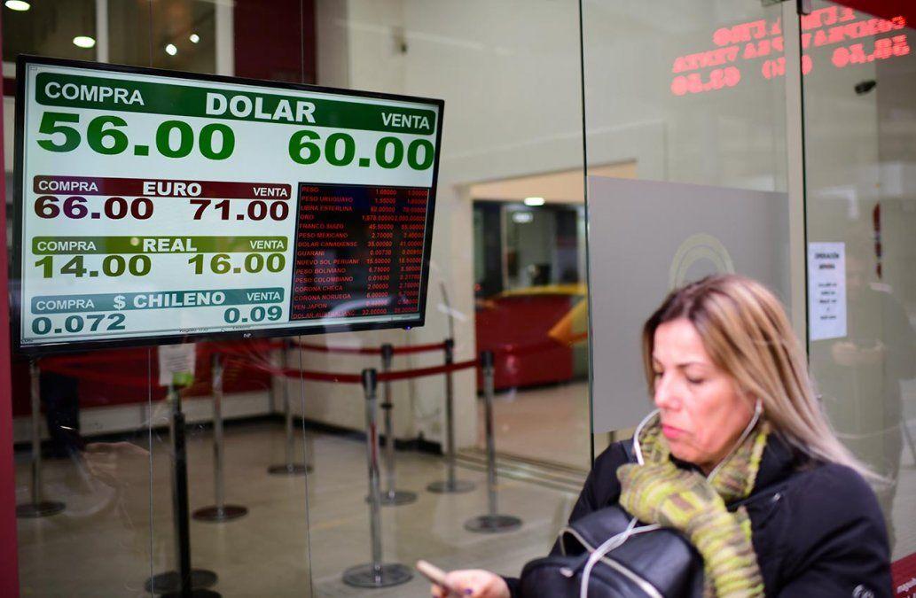 El dólar pega un salto en Argentina y en bancos privados cotiza a 60 pesos