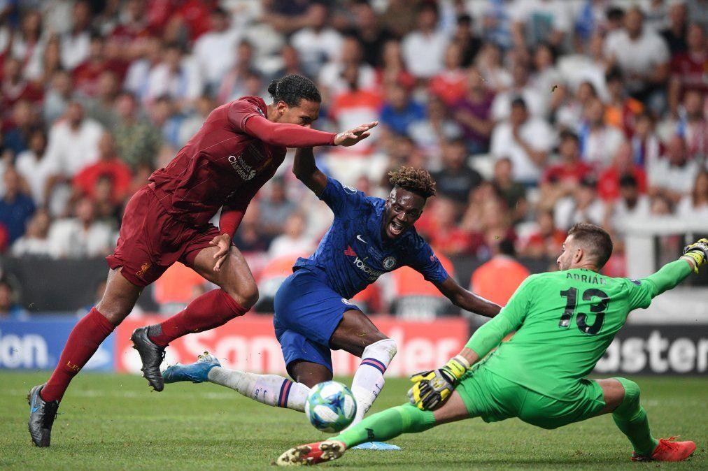 El arquero español Adrián debutó en Liverpool ante la lesión del titular y lo hizo de forma destacada. Atajó el penal decisivo. La semana anterior estaba entrenando con un equipo amateur y fue contratado de urgencia