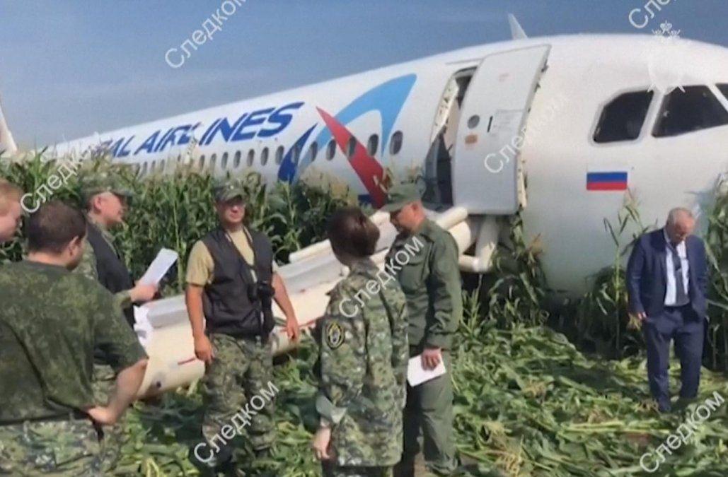 Llaman héroe al piloto ruso que realizó aterrizaje de emergencia con 233 personas a bordo
