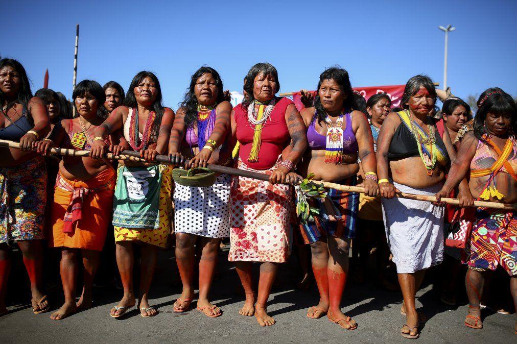 Mujeres indígenas de Brasil marchan hacia el Ministerio de Salud durante una protesta en contra de recortes presupuestales en Brasilia