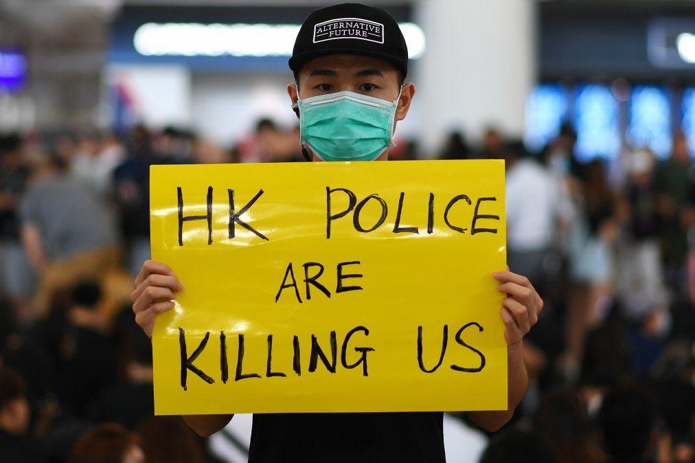 Manifestantes a favor de la democracia se reúnen contra la brutalidad policial y el controvertido proyecto de ley de extradición en el aeropuerto de Hong Kong