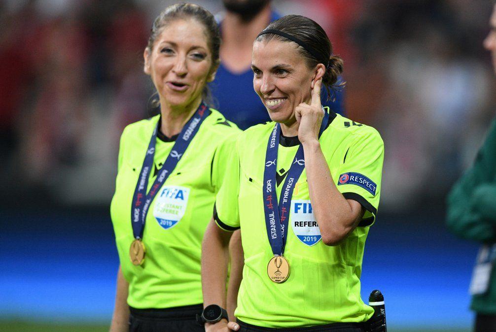 La jueza francesa Stephanie Frappart sonríe al lado de la asistente Manuela Nicolosi tras el partido entre Liverpool y el Chelsea por la Super Copa de la UEFA.