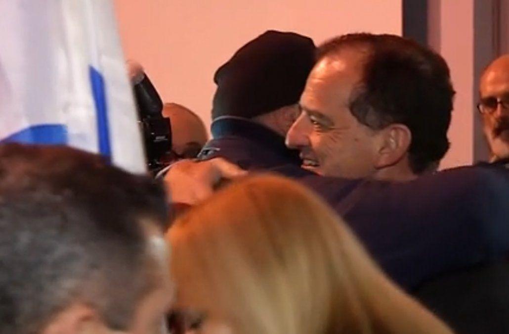 Manini Ríos recibe el abrazo de los militantes de Cabildo Abierto