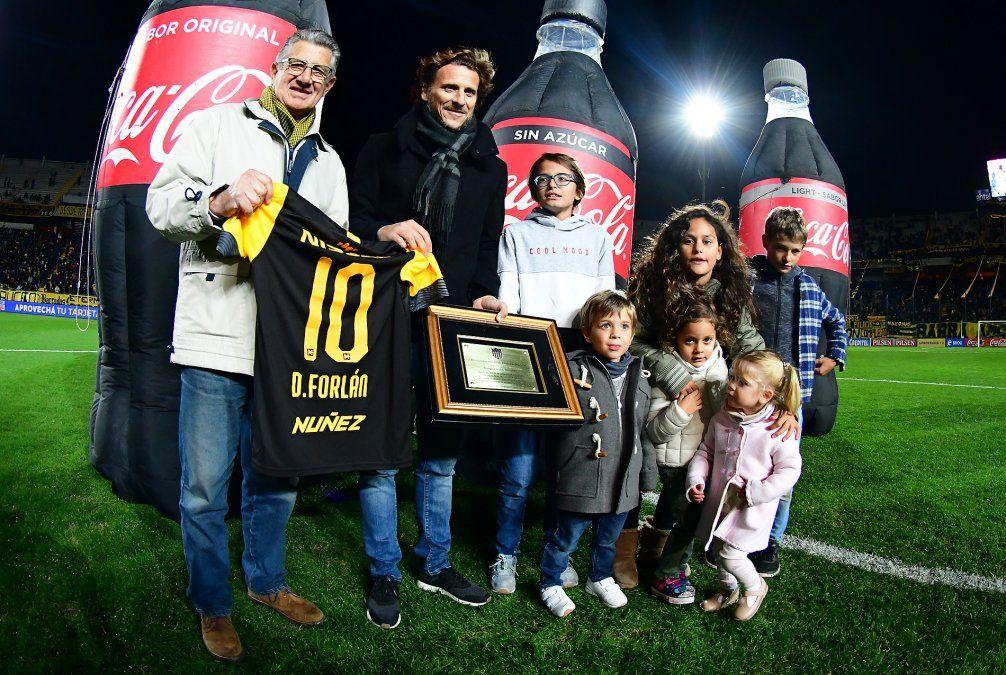 Peñarol homenajeó a Diego Forlán por su anunciado retiro del fútbol. Aquí junto a Fernando Morena
