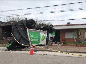 Camión recolector de residuos terminó ruedas para arriba y provocó destrozos en una vivienda