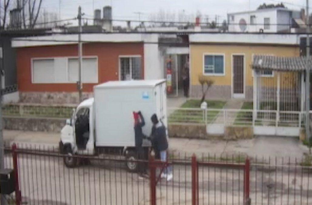 Cámara captó el momento en que amenazan y agreden a un repartidor para robarle su camión