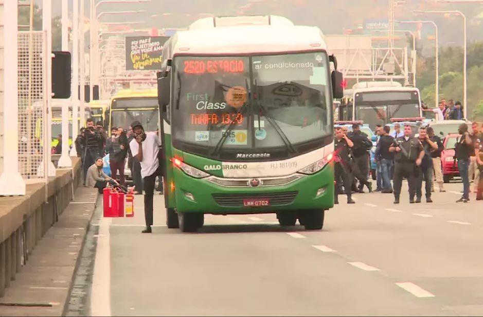Hombre armado mantiene 31 rehenes en un ómnibus de Rio de Janeiro