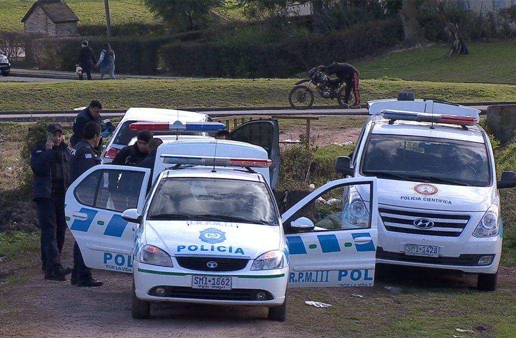 Persecución y tiroteo: delincuentes robaron un auto y terminaron chocando contra un puente