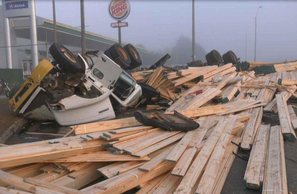 Espectacular accidente en los accesos a Florida con un camión cargado de madera