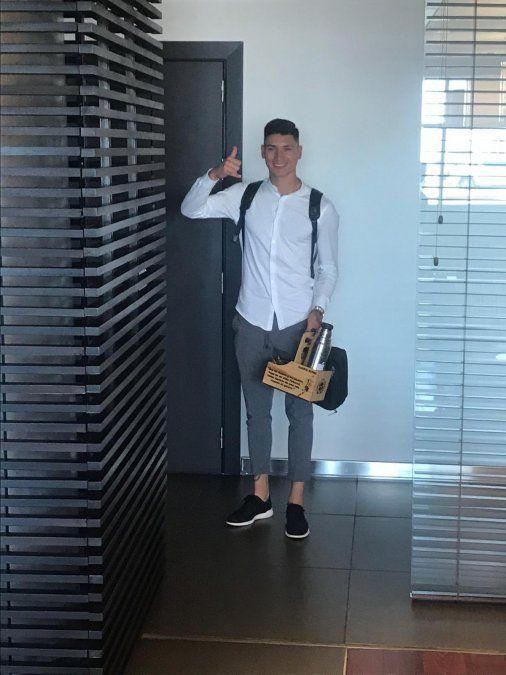 Darwin Nuñez se despide de la hinchada a punto de subir al avión que lo llevará a España. Jugará en la segunda visión profesional de ese país.