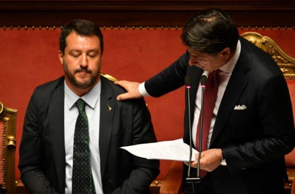 Giuseppe Conte posa la mano en el hombro de Matteo Salvini durante su discurso ante el Senado italiano en que anunció su dimisión