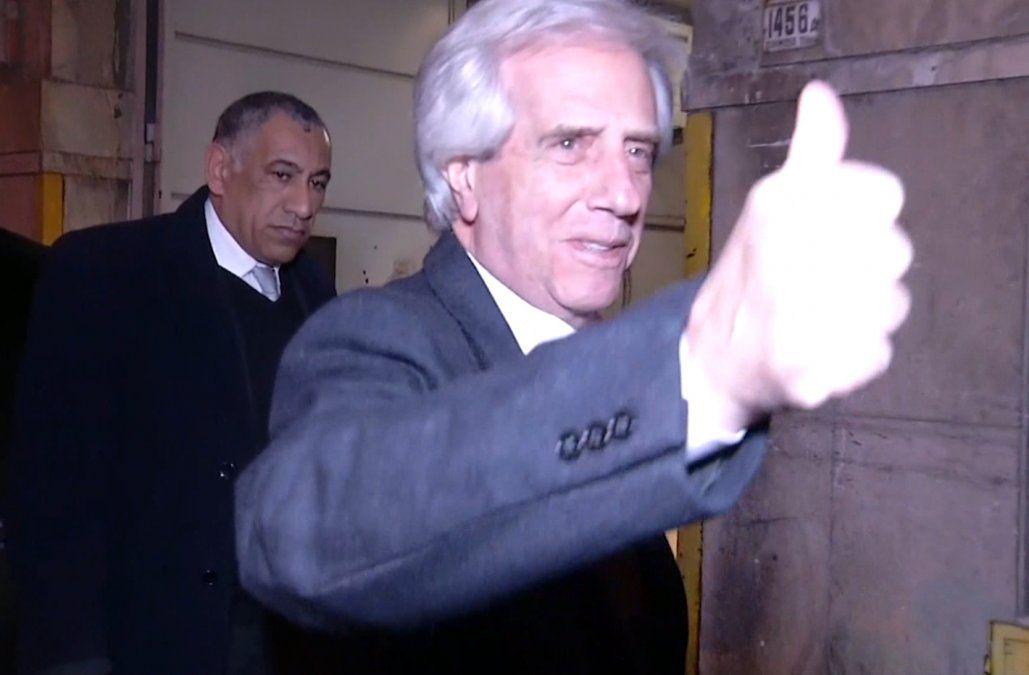 Foto: el presidente Vázquez sonríe y levanta el pulgar cuando ingresa a la mutualista La Española.