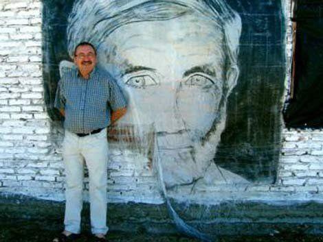 Engler y detrás una imagen de Raúl Sendic