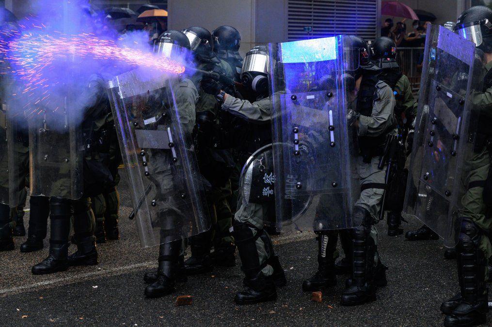 La Policía lanza gases lacrimógenos durante una protesta en el distrito de Tsuen Wan