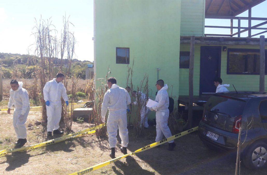 Foto: personal de Policía Científica en la casa de la mujer (Willan Dialutto