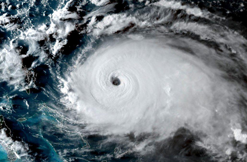 El huracán Dorian cambia de rumbo y se fortalece a categoría 4 con vientos de 240 km/h