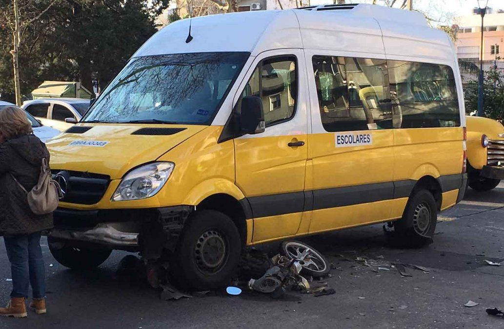 Accidente con una camioneta escolar dejó un motociclista politraumatizado