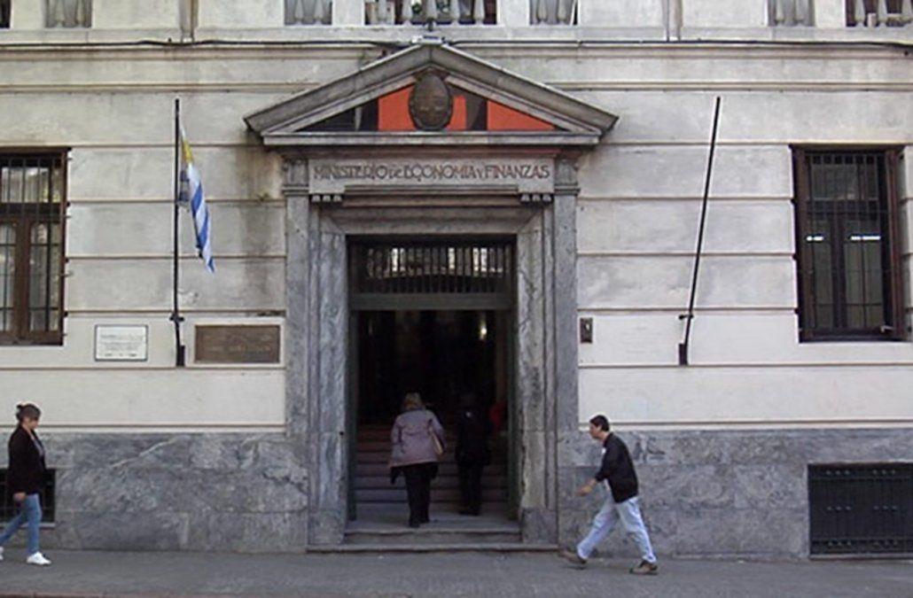 Déficit fiscal alcanzó el 4,9% del PIB en Uruguay, el peor registro en 30 años.
