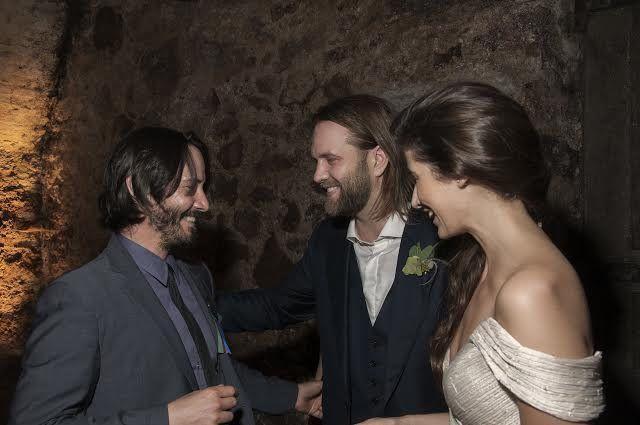 Keanu Reves felicitando a Car Rinsch y a su flamante esposa durante el casamiento realizado en Montevideo. Actor y director vuelven a la ciudad cinco años después para grabar escenas de Conquest para la señal Netlifx