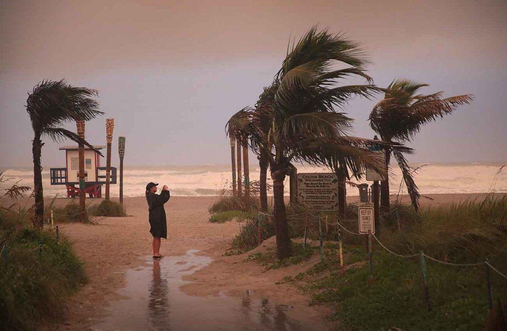 Huracán Dorian deja cinco muertos en las Bahamas y EEUU evacúa la costa