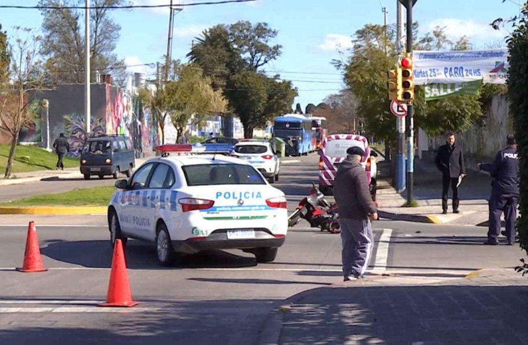 Una mujer falleció tras golpearse contra el pavimento cuando manejaba su moto