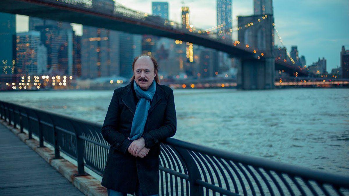 Jaime Roos con la ciudad de Nueva York detrás