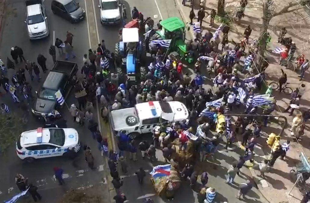 Discusión con la Policía por cortar movilización de Un solo Uruguay hacia Torre Ejecutiva