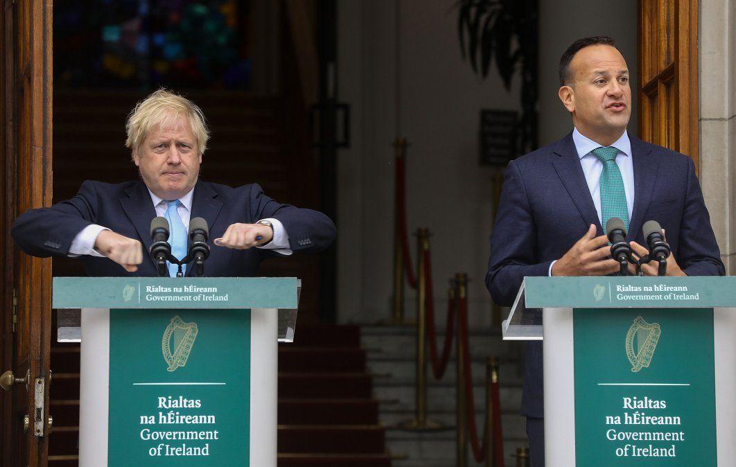 Boris Johnson junto al primer ministro irlandés Leo Varadkar en Dublin