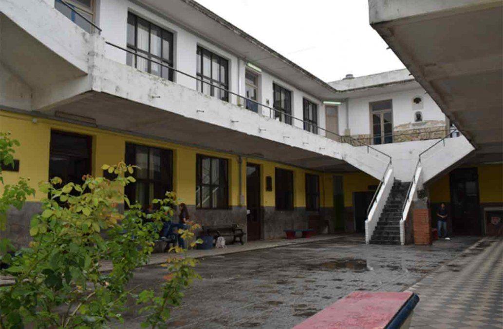 Una adolescente con lesión cervical grave tras caer de 5 metros de altura en un liceo