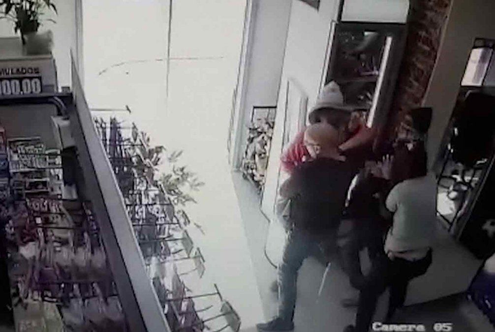 Cuatro delincuentes fuertemente armados robaron la recaudación de un supermercado