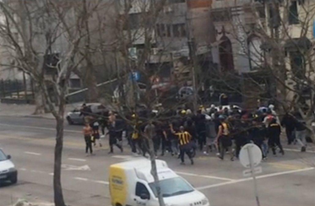 Foto: hinchas de Peñarol llegando al Gran Parque Central el día del clásico femenino.