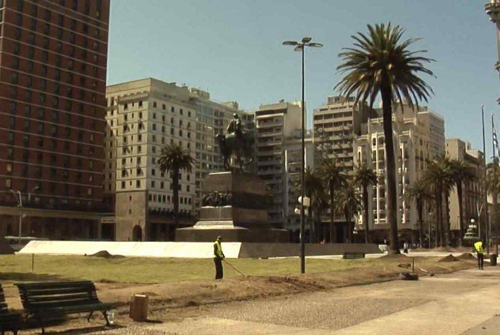 Comenzó recuperación de la Plaza Independencia y seguirá cerrada hasta el viernes