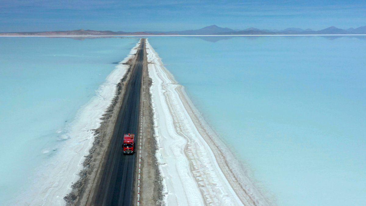 Una vista aérea de un camión en una ruta cursando la zona inundada del Salar de Uyuni en Bolivia.
