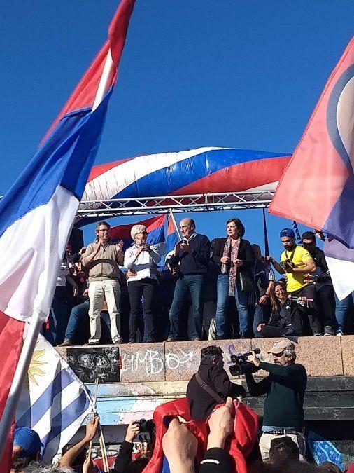 Se realizó el banderOlazo del Frente Amplio en la Playa Ramirez y congregó a miles de personas
