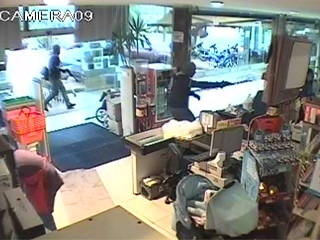 Cámara de televigilancia registra una rapiña en un local de Pando.