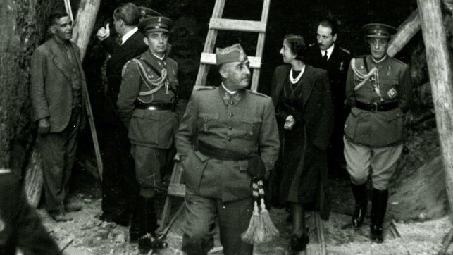 Francisco Franco y su esposa Carmen Polo supervisan las obras en el Valle de los Caídos