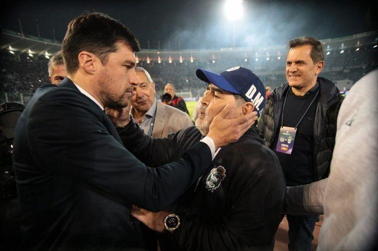 El Cacique Medina le ganó al Gimnasia de Maradona y se llevó su gorra de regalo