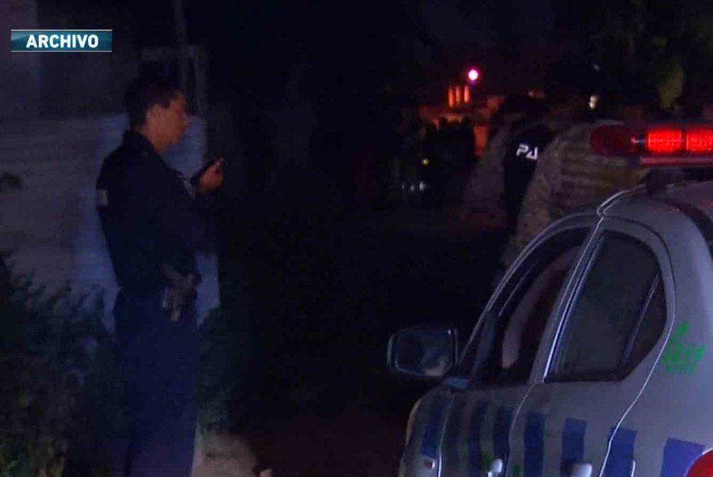 Un hombre fue baleado en el tórax cuando estaba en el patio de su casa