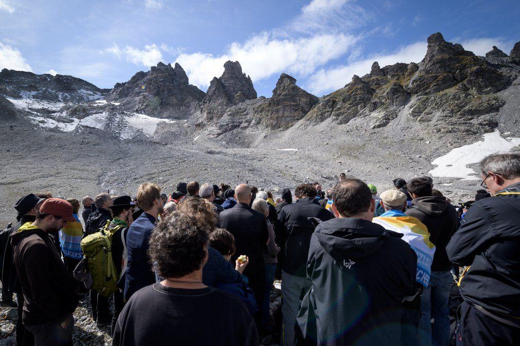 Personas participan de una ceremonia para marcar la muerte del glaciar Pizol en Suiza