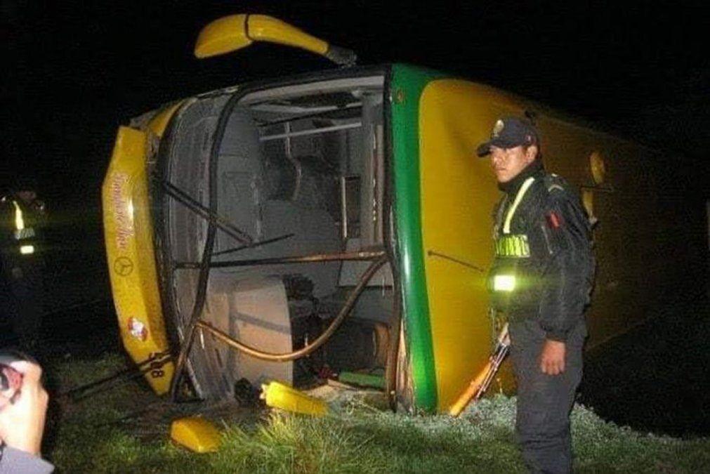 Al menos 17 muertos al desbarrancarse un autobús en una carretera de Perú