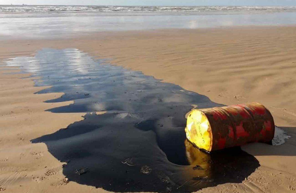 Investigan misteriosas manchas de petróleo en más de cien playas en Brasil