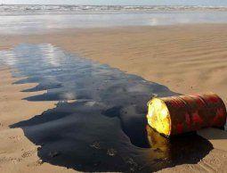altText(Investigan misteriosas manchas de petróleo en más de cien playas en Brasil)}