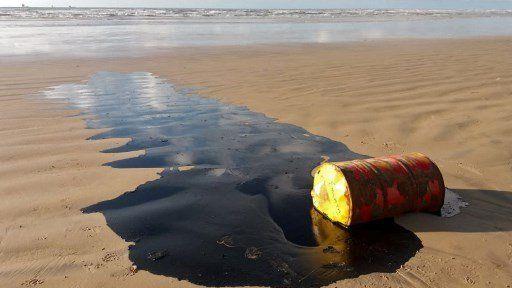 Bolsonaro urge a investigar manchas de petróleo en playas de Brasil