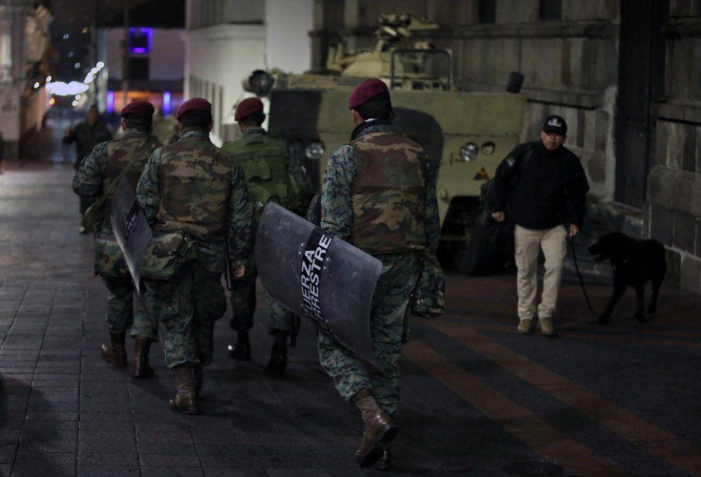 Los soldados se desplegaron en el centro de Quito el 6 de octubre de 2019 luego de días de protestas contra el fuerte aumento de los precios del combustible. Autoridades desecharon los subsidios como parte de un acuerdo firmado en marzo con el Fondo Monetario Internacional (FMI) para obtener préstamos a pesar de alta deuda pública.