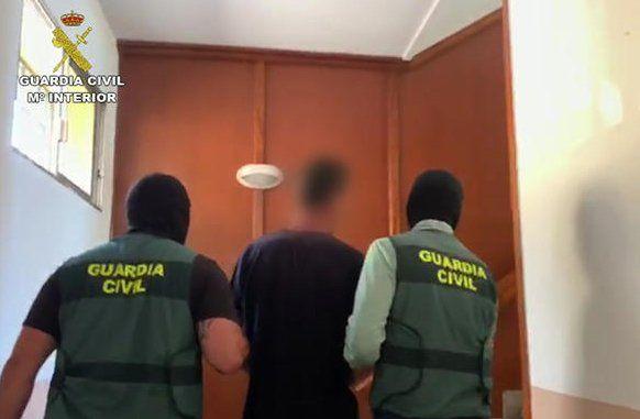 Uno de los detenidos en la isla llevado por la Guardia Civil