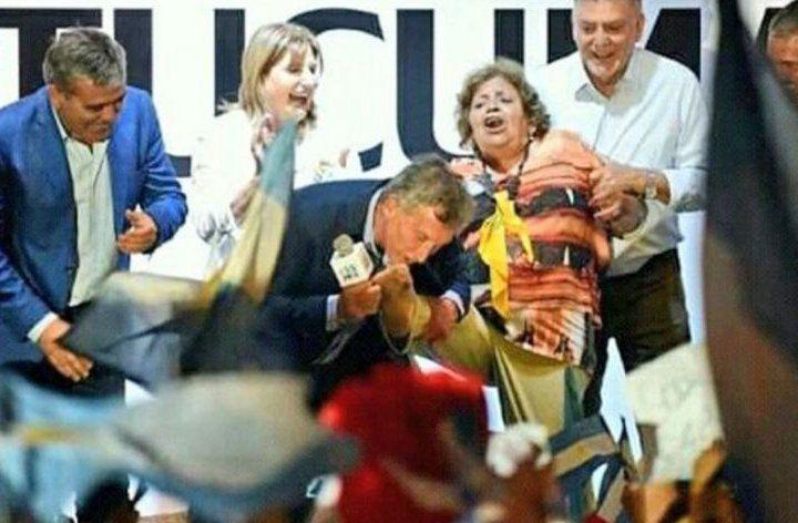 Presidente Macri besó el pie a una militante durante un acto en Tucumán