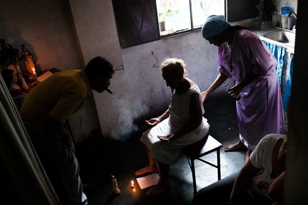Hierbas y cirugías espirituales, remedios desesperados de enfermos venezolanos