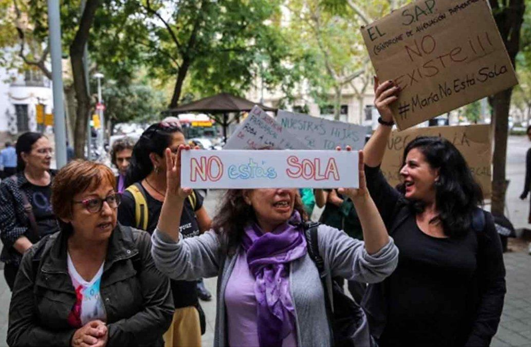 María entregó a su hija a la Policía de Barcelona para que la lleven con su padre biológico