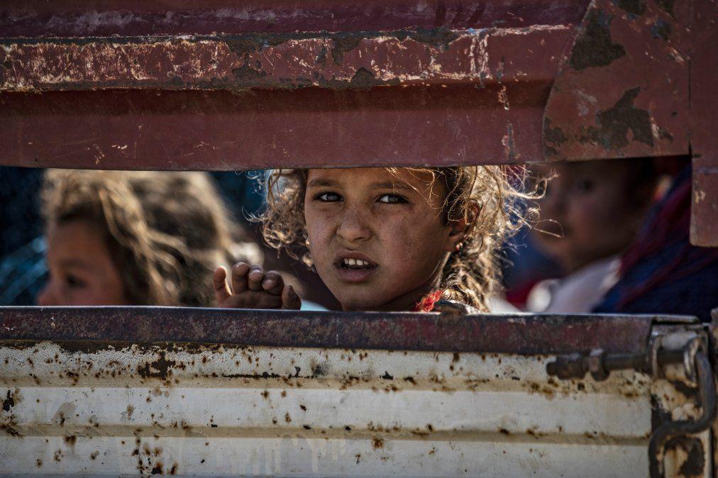 Civiles sirios árabes y kurdos llegan a la ciudad de Tall Tamr
