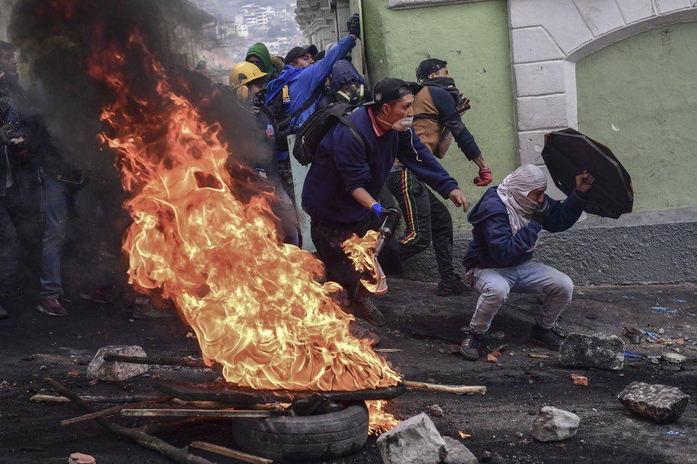 Los manifestantes se enfrentan con la policía antidisturbios en Quito el 9 de octubre de 2019 en el segundo día de protestas violentas por un aumento en el precio del combustible.
